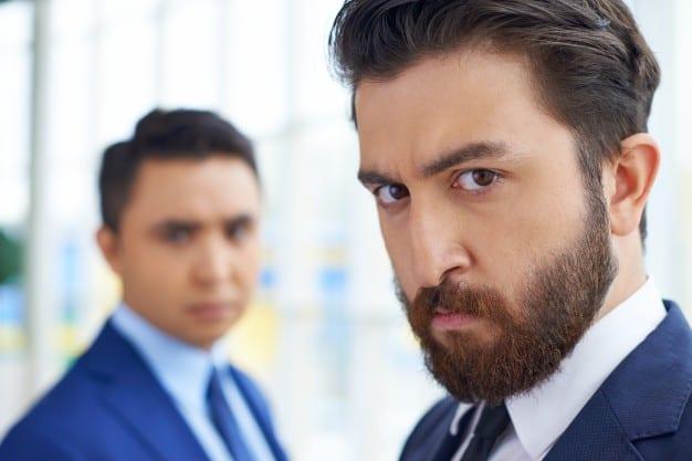 hombres-de-negocios-serios-en-la-oficina_1098-239